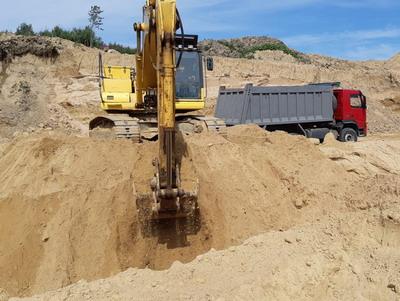 Загрузка песка на карьере - фото